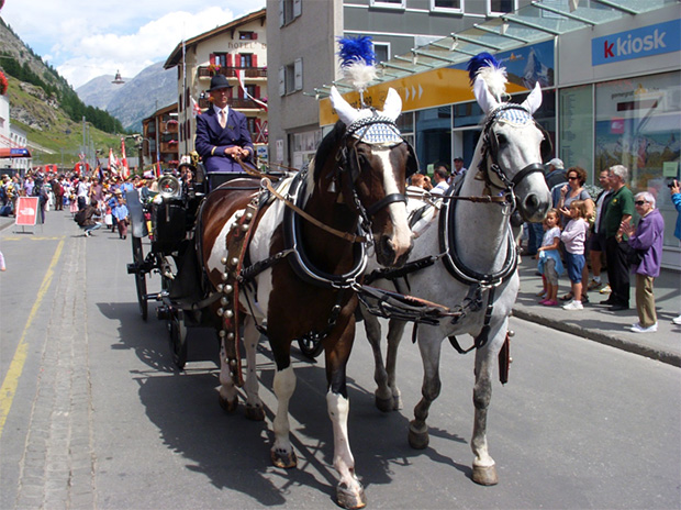 写真2 中世の郵便馬車(スイス・ツエルマットでの仮装行列にて)