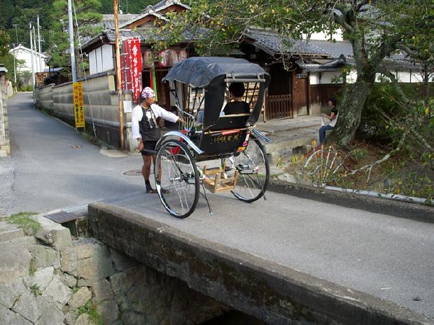 写真4 京都市の観光用人力車(京都市・哲学の道にて)