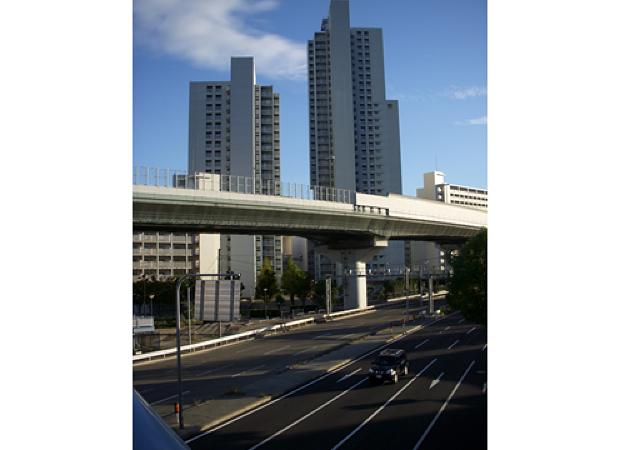 モータリゼーションを加速化した道路建設(神戸市にて)