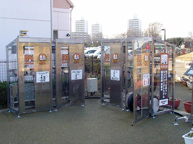 つくば駅出口に設置される充電ステーション(4台)